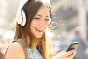 Mujer escuchando música con audífonos.