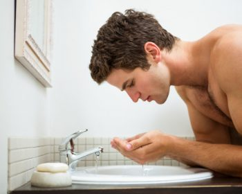 Hombre cuidando la piel de su cara..