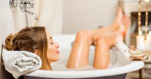 Mujer tomando baño.