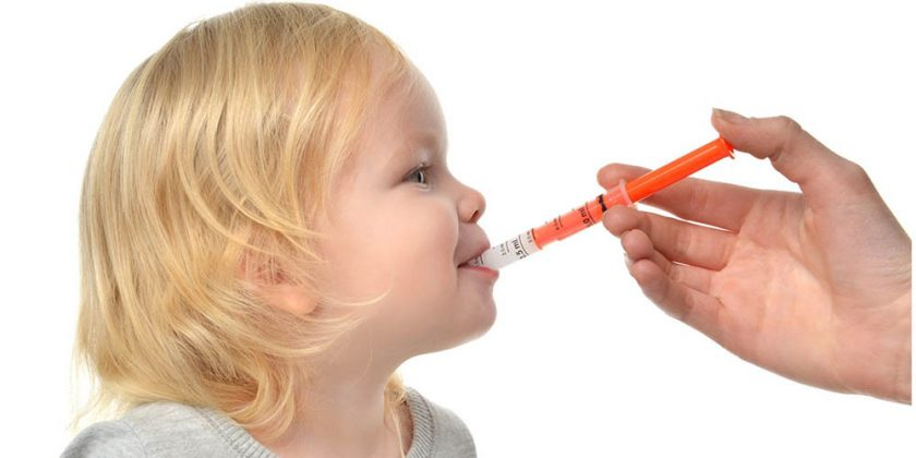 Niña pequeña toma sus medicamentos
