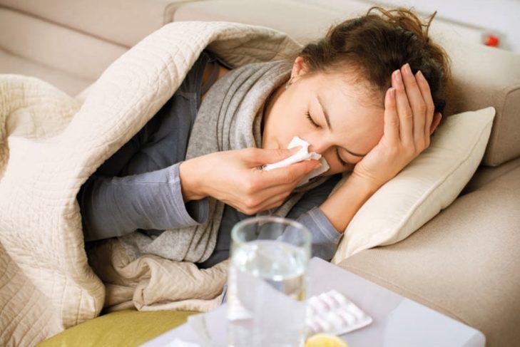 Chica con gripe y tos
