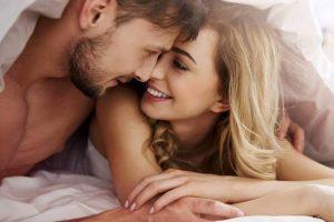Hombre y mujer con alto nivel de la libido sexual