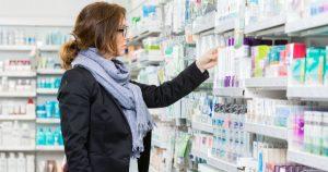 Mujer toma analgésicos