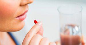 Mujer toma sus medicamentos