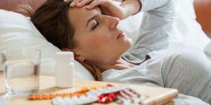 Mujer tomando medicamentos para las alergias