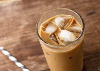 café helado con hielos